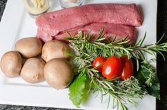 Préparation pour des filets d'agneau avec des champignons Photos libres de droits
