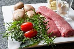 Préparation pour des filets d'agneau avec des champignons Photos stock