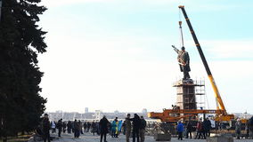 Préparation pour enlever un grand monument de 20 mètres sur le Chef communiste Vladimir Lenin banque de vidéos
