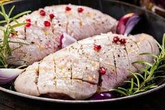 Préparation pour faire cuire le sein de canard cru avec le plan rapproché d'ingrédients sur la table vue horizontale d'en haut photographie stock