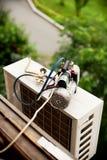 Préparation pour installer le climatiseur. photos stock