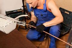Préparation pour installer le climatiseur neuf image stock