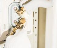 Préparation pour installer le climatiseur neuf photographie stock libre de droits