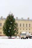préparation pour la décoration de fête d'un grand arbre de Noël dans la place avant le palais Image libre de droits