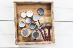Préparation pour la rénovation de la boîte en bois avec des brosses, S photographie stock libre de droits