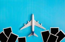 Préparation pour le concept de déplacement, avion avec le cadre de photo Photo stock