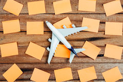 Préparation pour le concept de déplacement et pour faire la liste, le papier remarquable, avion photo stock