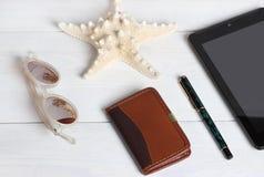 Préparation pour le concept de déplacement, lunettes de soleil, crayon, carnet, sur le fond en bois de vintage Photographie stock libre de droits