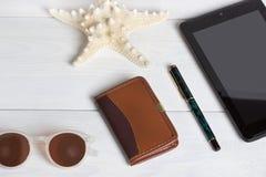 Préparation pour le concept de déplacement, lunettes de soleil, crayon, carnet, sur le fond en bois de vintage Photos stock
