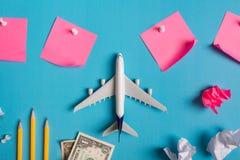 Préparation pour le concept de déplacement, remarquable de papier, avion, argent, passeport, crayons, boule de papier, goupille d photos stock