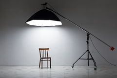 Préparation pour le tir de studio : éclairage vide de chaise et de studio Images stock