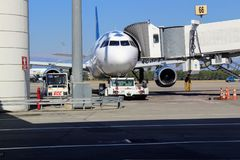 Préparation pour le transfert du bagage à partir de l'avion à l'aéroport international d'Antalya - juillet 2017 Photo libre de droits