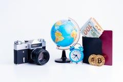 Préparation pour le voyage, vacances de voyage, moquerie de tourisme de téléphone portable, carte de route, boussole, appareil-ph photos libres de droits