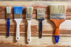 Préparation pour les travaux de peinture Nouvelles brosses de différents types Photographie stock libre de droits