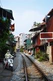 Préparation pour monter le long des voies ferroviaires latérales à Hanoï Photographie stock
