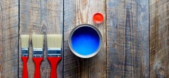 Préparation pour peindre le plancher en bois à la maison avec la peinture bleue images libres de droits