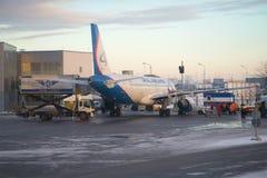 Préparation pour un départ de l'Airbus A320-214 VQ-BDJ sur l'aéroport de Pulkovo le soir de janvier Photos libres de droits