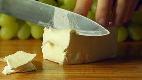 Préparation saine de nourriture fraîche de fromage de brie de camembert coupant dans la cuisine banque de vidéos