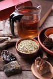 Préparation saine de tisane avec la théière asiatique en verre, bougie détails en bois et en pierre et fond en bois rustique de c photos stock