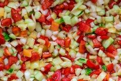 Préparation végétale de salade des tomates coupées en tranches fraîches, oignons, poivrons, c Images libres de droits