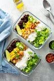 Préparation verte saine de repas avec le poulet image libre de droits
