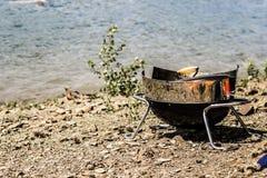 Préparations de BBQ près de l'eau d'un lac Photo stock