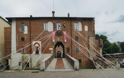 Préparations en cours dans Abbiategrasso pour accueillir des cyclistes concurrençant dans le ` 2018 des chèques postaux d Italie  images stock