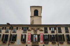 Préparations en cours dans Abbiategrasso pour accueillir des cyclistes concurrençant dans le ` 2018 des chèques postaux d Italie  image stock