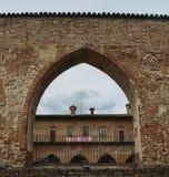 Préparations en cours dans Abbiategrasso pour accueillir des cyclistes concurrençant dans le ` 2018 des chèques postaux d Italie  photo stock