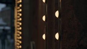 Préparations extérieures de Noël de décorations Plan rapproché des lampes de lumières sur le granit rouge du bâtiment banque de vidéos