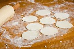 Préparations pour les ravioli, boulettes, tortellini sur une table en bois Photographie stock