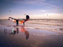 Préparations sur le bord de la mer à commencer à aller de pair avec le surfin de cerf-volant Photographie stock libre de droits