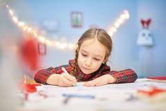Préparer des cadeaux de Noël pour des parents image stock