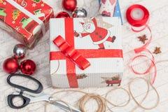 Préparer des cadeaux pour la nouvelle année Photographie stock libre de droits