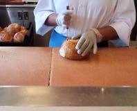 Préparer des pains de levain pour des bols de soupe photographie stock