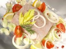 Préparer des poissons de merlans jaunes pour faire cuire dans l'aluminium image stock