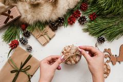 Préparer des présents pour Noël et la nouvelle année Image libre de droits