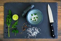 Préparer des salades Images libres de droits