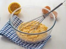 Préparer la pâte de tarte sablée pour des biscuits, des tartes et des scones image libre de droits