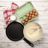 Préparer la pâte lisse pour des crêpes Images libres de droits