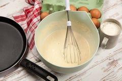 Préparer la pâte lisse pour des crêpes Photos libres de droits
