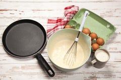 Préparer la pâte lisse pour des crêpes Image libre de droits