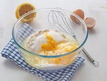 Préparer la pâte pour le gâteau mousseline, les petits gâteaux ou le petit pain photos libres de droits