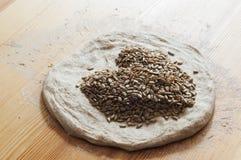 Préparer la pâte pour le pain fait maison Images stock