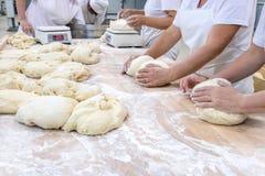 Préparer la pâte pour le traitement au four Image libre de droits