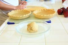 Préparer la pâte pour une tarte aux pommes Photographie stock libre de droits
