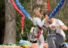 Préparer la petite fille pour le saut de bungee Photographie stock libre de droits