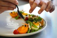 Préparer la salade pour le déjeuner Photos stock