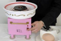Préparer la sucrerie de coton pour un buffet Image stock