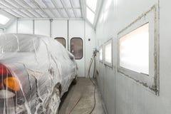 Préparer la voiture pour peindre sur l'atelier de carrosserie Photographie stock